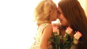 Mamma e figlia con un mazzo delle rose dei fiori Il concetto di un giorno o di un compleanno del ` s della madre video d archivio