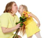 Mamma e figlia con un mazzo delle rose di tè Immagine Stock Libera da Diritti