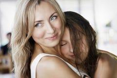 Mamma e figlia di estate all'aperto Fotografie Stock Libere da Diritti