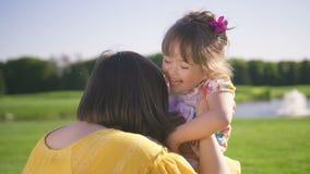 Mamma e figlia di sindrome di Down che gode all'aperto stock footage