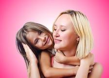 Mamma e figlia felici su bianco Fotografia Stock Libera da Diritti