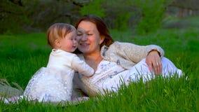 Mamma e figlia nel parco archivi video