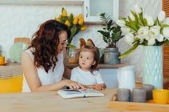 Mamma e figlia nella cucina immagini stock