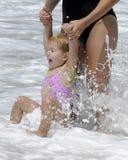Mamma e figlia sulla spiaggia Fotografie Stock