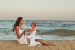 Mamma e figlia sulla spiaggia Fotografia Stock Libera da Diritti