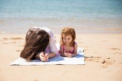 Mamma e figlia sulla vacanza Fotografie Stock