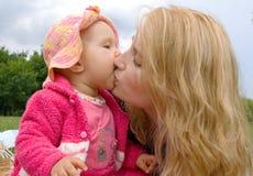 Mamma e figlia in una sosta Fotografie Stock Libere da Diritti