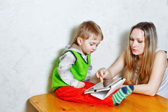 Mamma e figlio che giocano con il PC della compressa fotografia stock libera da diritti
