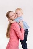 Mamma e figlio che si abbracciano Fotografie Stock