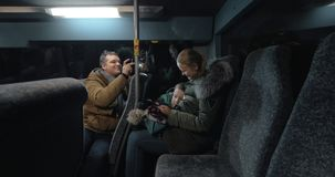 Mamma e figlio che utilizza cellulare nel bus, padre che prende video loro video d archivio