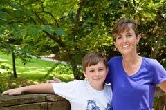 Mamma e figlio fuori immagini stock