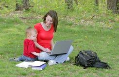 Mamma e figlio sul computer portatile Immagini Stock Libere da Diritti