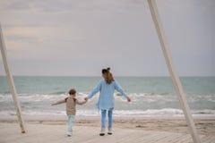 Mamma e figlio sulla spiaggia Fotografia Stock