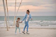 Mamma e figlio sulla spiaggia Immagini Stock