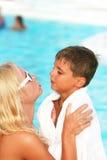 Mamma e figlio vicino alla piscina Fotografia Stock Libera da Diritti