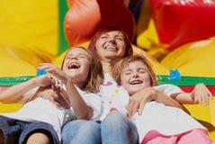 Mamma e le sue figlie che hanno divertimento Fotografia Stock