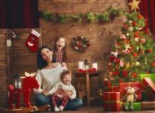 Mamma e le sue figlie sveglie fotografie stock