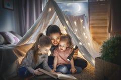 Mamma e libro di lettura dei bambini Immagini Stock