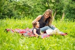 Mamma e neonata sul picnic fotografia stock