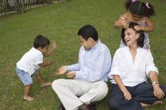 Mamma e papà che giocano con i loro bambini Immagine Stock