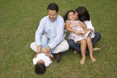 Mamma e papà che giocano con i loro bambini Fotografia Stock