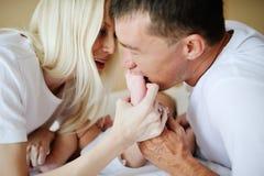 Mamma e papà che giocano con il bambino a letto Fotografia Stock Libera da Diritti