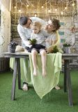 Mamma e papà che giocano con la loro figlia Immagini Stock