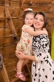 Mamma e piccola figlia che si abbracciano immagine stock libera da diritti