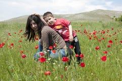 Mamma e ragazzo sul prato verde Fotografia Stock Libera da Diritti