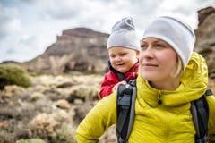 Mamma eccellente con il neonato che fa un'escursione in zaino Fotografia Stock Libera da Diritti