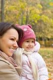 mamma ed il suo bambino alla natura Fotografie Stock Libere da Diritti