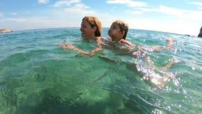 Mamma ed il suo nuoto della figlia nel mare video d archivio