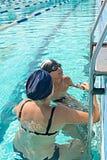 Mamma ed suo figlio nella piscina Dare della madre Immagini Stock