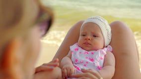 Mamma en baby het besteden uitje bij het strand stock videobeelden
