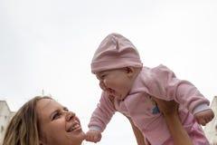 Mamma en baby het lachen Stock Fotografie