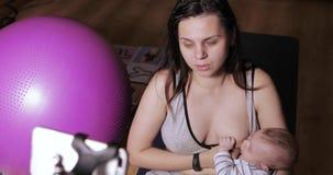 Mamma en baby op videovraag stock video