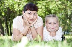 Mamma en baby in park Royalty-vrije Stock Foto's