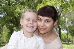 Mamma en baby in park Royalty-vrije Stock Afbeeldingen