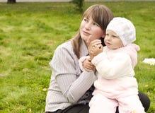 Mamma en baby in park Stock Afbeelding