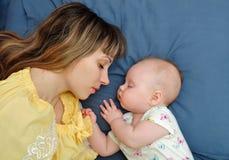 Mamma en babyslaap samen Stock Foto's