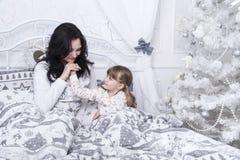 Mamma en dochter in bed royalty-vrije stock foto's
