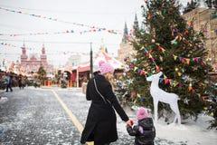 Mamma en dochter bij de Nieuwjaar` s markt Stock Fotografie