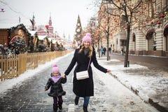 Mamma en dochter bij Kerstmismarkt Stock Foto