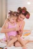 Mamma en dochter in de slaapkamer Stock Foto's