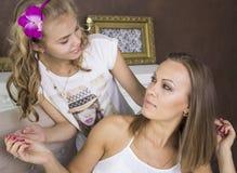 Mamma en dochter die elkaar bekijken Royalty-vrije Stock Foto's