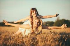 Mamma en dochter die pret door het meer, gebied hebben die in openlucht van aard genieten Royalty-vrije Stock Fotografie