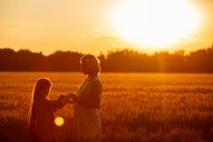 Mamma en dochter die pret door het meer, gebied hebben die in openlucht van aard genieten Royalty-vrije Stock Afbeelding