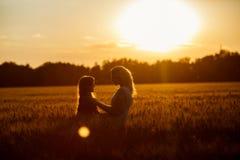 Mamma en dochter die pret door het meer, gebied hebben die in openlucht van aard genieten Royalty-vrije Stock Afbeeldingen