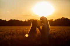 Mamma en dochter die pret door het meer, gebied hebben die in openlucht van aard genieten Royalty-vrije Stock Foto