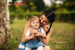 Mamma en dochter die en pret glimlachen hebben stock foto's